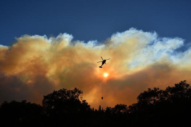 Auch aus der Luft wird gegen die Flammen vorgegangen.