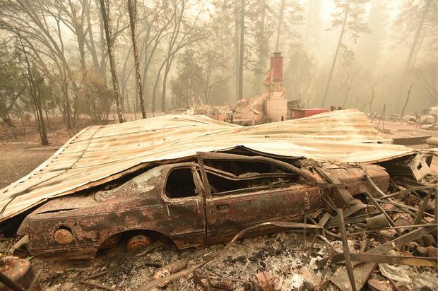 Mindestens 44 Menschen verloren ihr Leben in den Flammen, Dutzende weitere werden vermisst.