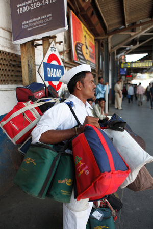 Ashok balanciert seine Dabbas am Bahnhof Dadar.
