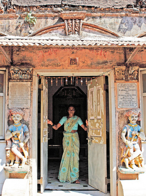 Morgens warten die indischen Frauen auf den Dabbawala, auch in den kunstvollen Häusern in Walkeshwar.