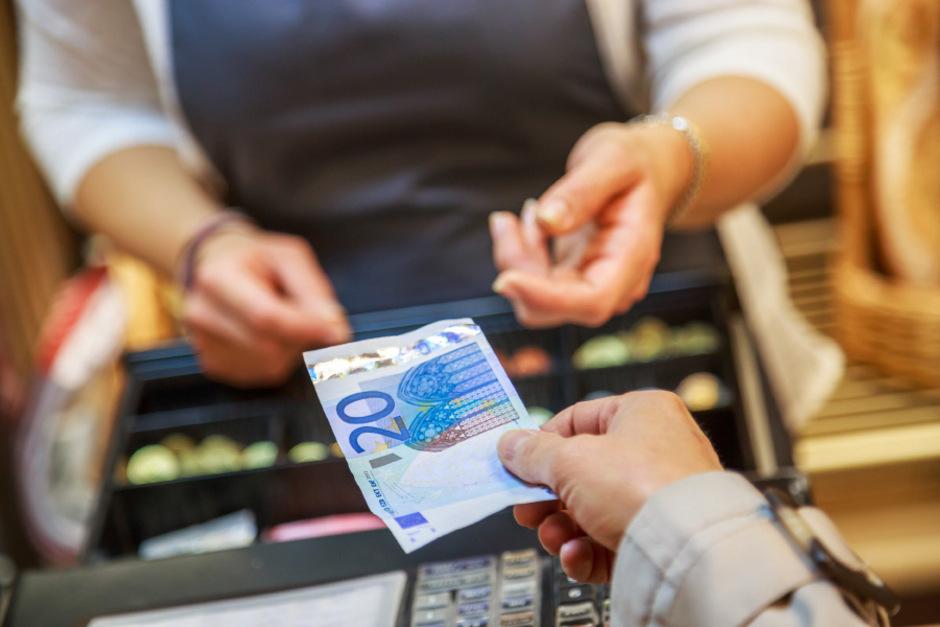 Egal, ob wenige Cent oder mehrere Euro ? ist Rückgeld, das der Kunde an der Kassa hinterlässt, als Trinkgeld zu werten oder nicht? Darüber scheiden sich die Meinungen.