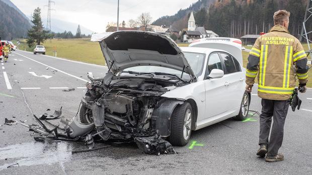 Beide Autos wurden massiv beschädigt.