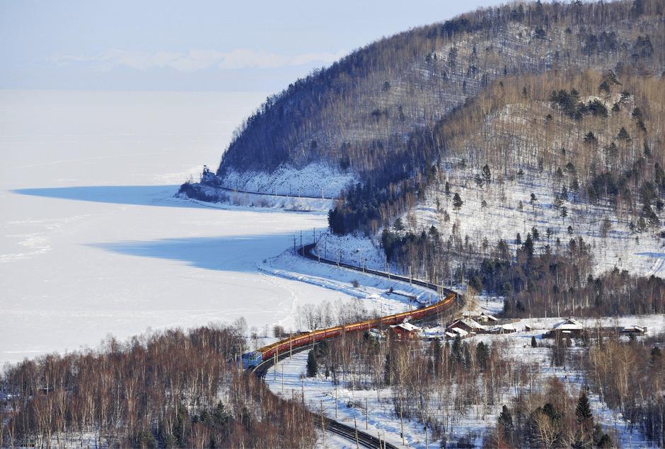 """Der """"Zarengold""""-Sonderzug fährt am Baikalsee entlang."""