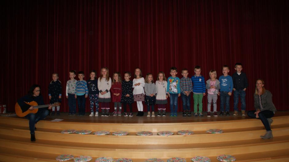 Die Kinder haben sich mit einem Lied bei den Verantwortlichen für den Umbau des Kindergartens bedankt.