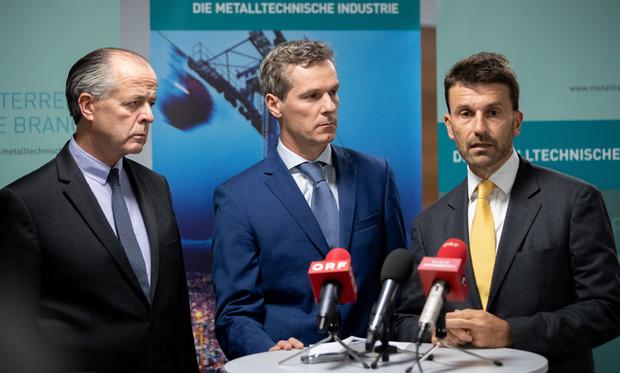 Sprecher der Arbeitgebervertreter, Christian Knill (m.), die Verhandler auf Arbeitgeberseite Veit Schmid-Schmidsfelden (l.) und Stefan Ehrlich-Adam (r.).