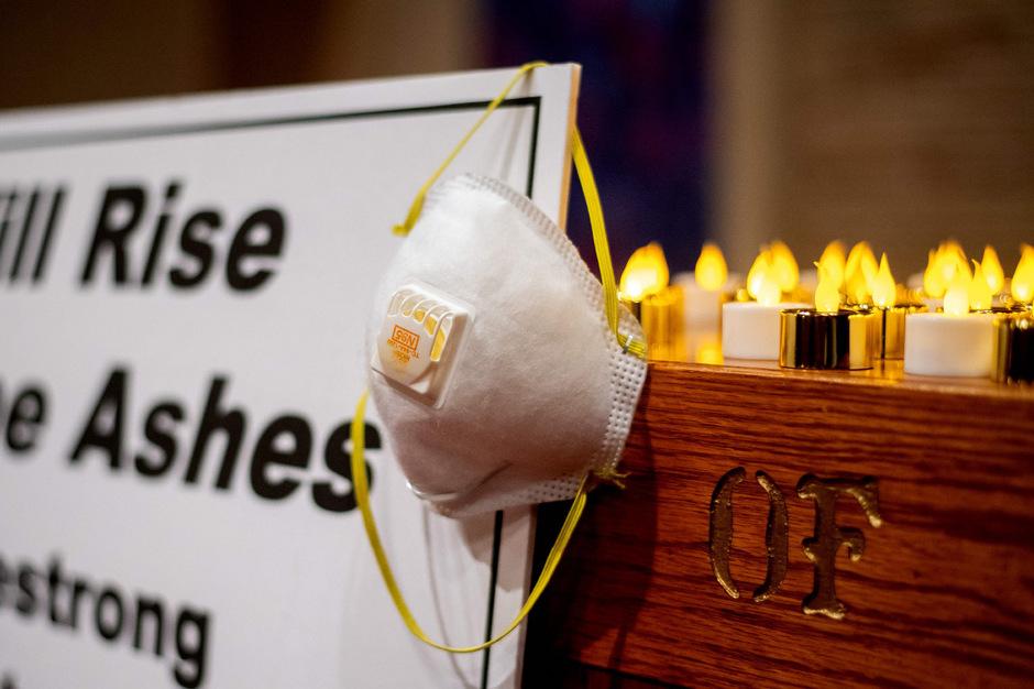 Sogar zu den Trauerfeierlichkeiten müssen die Hinterbliebenen in Kalifornien mit Atemschutzmasken kommen. Die Brände wüten immer noch.