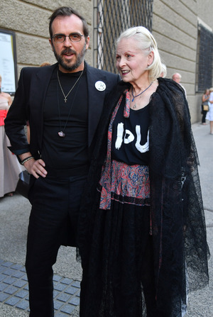 Designstar Vivienne Westwood mit Ehemann in Salzburg.