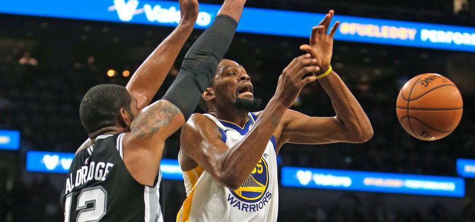 Kevin Durant (r.) von den  Warriors im Duell mit  LaMarcus Aldridge von den San Antonio Spurs.