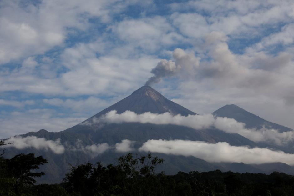 Der Vulkan stößt schon wieder Rauch aus.