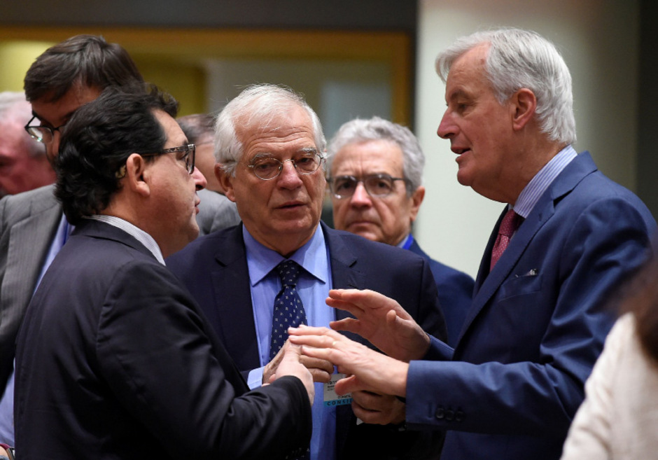 EU-Chefverhandler Michel Barnier im Gespräch mit Spaniens Innenminister Marco Aguiriano Nalda (Mitte) und Außenminister Josep Borrell (l.).