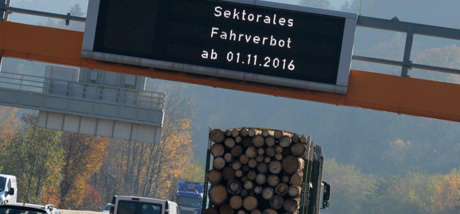 Das sektorale Fahrverbot auf Teilabschnitten der Inntalautobahn soll ausgedehnt werden. Die Frächter laufen dagegen Sturm.