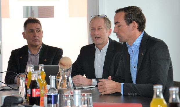 Projektentwickler Matthias Schickhofer (Mitte) mit dem Prägratner Bürgermeister Anton Steiner (l.) und TVB-Obmann-Stv. Thomas Winkler.