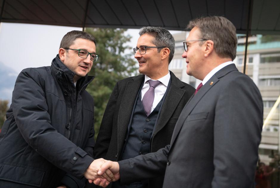 Maurizio Fugatti (l.), der Südtiroler Landeshauptmann Arno Kompatscher und Tirols Landeshauptmann Günther Platter.