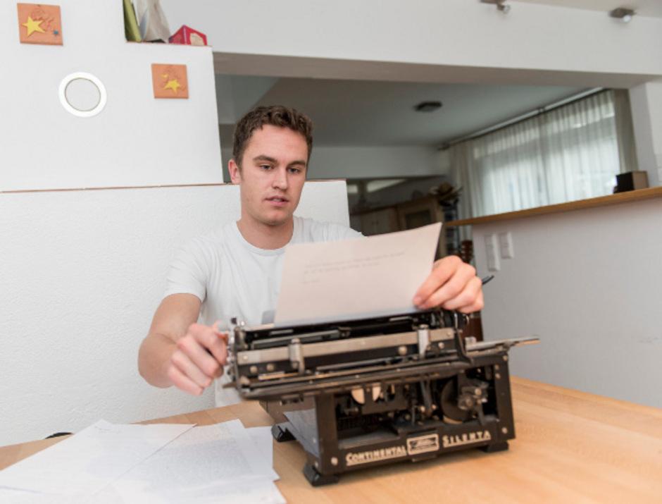 Viele seiner Texte schreibt Emil Kaschka an seiner alten Schreibmaschine.