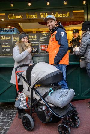 Sohn Leon (17 Monate) verschlief den Christkindlmarkt-Besuch, so konnten Gleirscher und seine Verlobte Larissa gemütlich einen Punsch trinken.