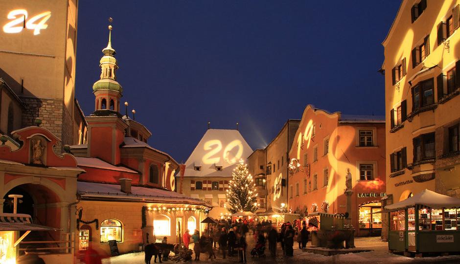 Jeden Tag eine Zahl: In der Vorweihnachtszeit erstrahlt die Haller Altstadt in Form eines riesigen Adventskalenders.