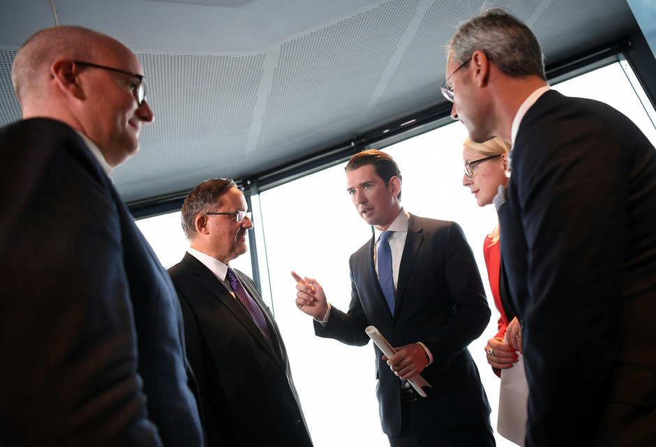 Die Vorstände der Flughafen Wien AG Julian Jäger und Günther Ofner sowie Bundeskanzler Sebastian Kurz (ÖVP), Wirtschaftsministerin Margarete Schramböck (ÖVP) und Verkehrsminister Norbert Hofer (FPÖ).