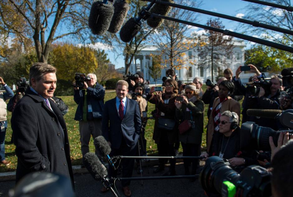Jim Acosta betritt wieder den Grund des Weißen Hauses.