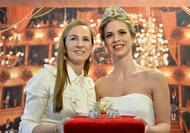 Opernball-Organisatorin Maria Großbauer und eine Debütantin mit der Krone für den Opernball 2019.