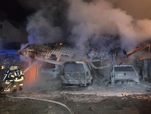 Die Garage brannte aber vollständig nieder.