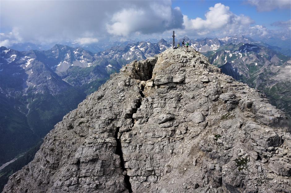 Tiefe Risse spalten den Gipfel des Hochvogels.