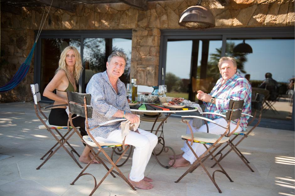Als geträumte Sommergäste auf Ibiza: Sandrine Kiberlain, Daniel Auteuil und Gérard Depardieu.