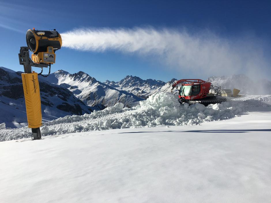 Die Schneekanonen laufen in Ischgl auf vollen Touren, zum Skistart morgen Donnerstag stehen 60 Pistenkilometer zur Verfügung.