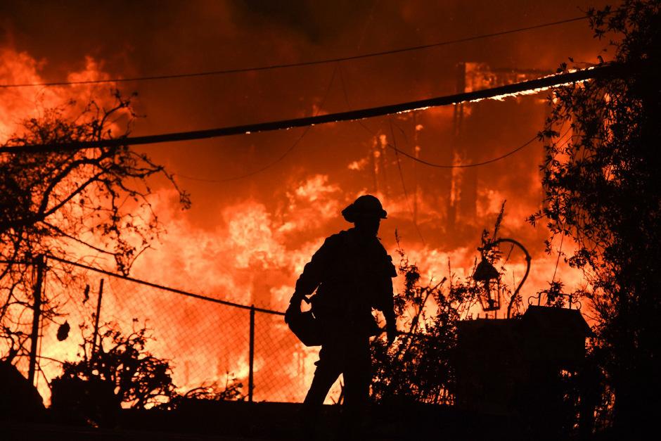 Unermüdlich kämpfen Tausende Feuerwehrleute gegen die Flammen.