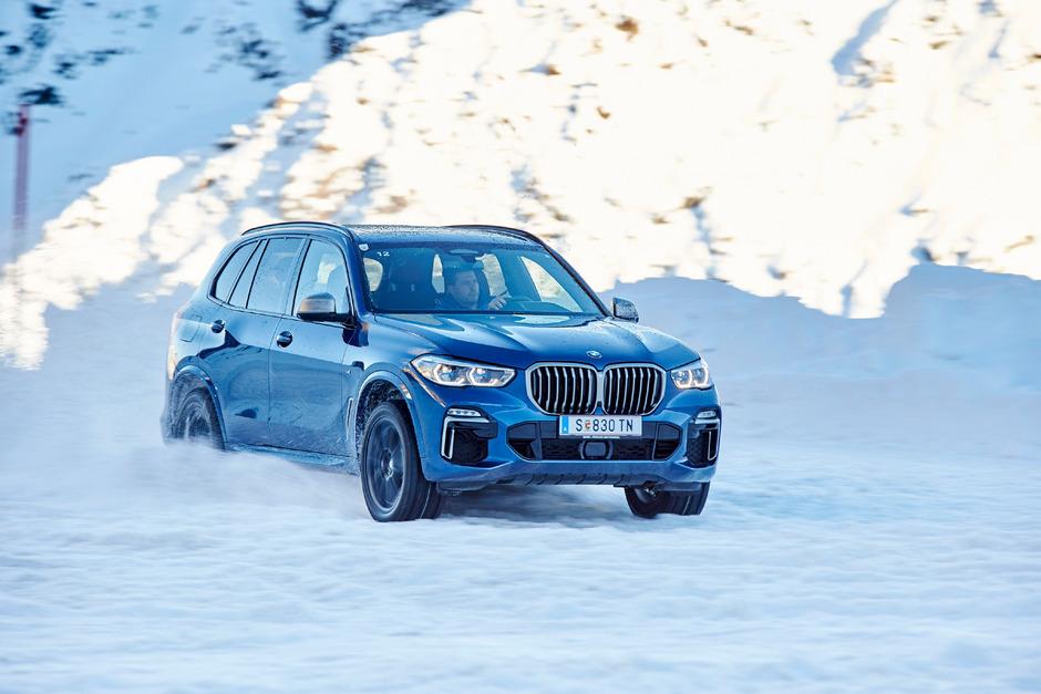 Zweimal BMW X5 am Gletscher in Sölden: Dank Differenzialsperre an der Hinterachse einmal dynamisch im Drift ...