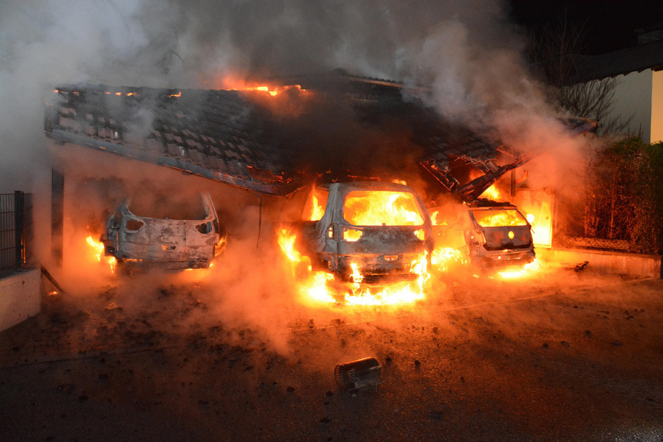 In der Feuerwand blieb nur das Blech der drei Fahrzeuge übrig, der Rest schmolz oder verbrannte.