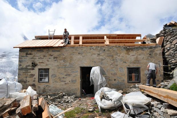 Das Dach der Hütte wurde wieder – so wie es ursprünglich gemacht worden war – mit Langschindeln gedeckt.