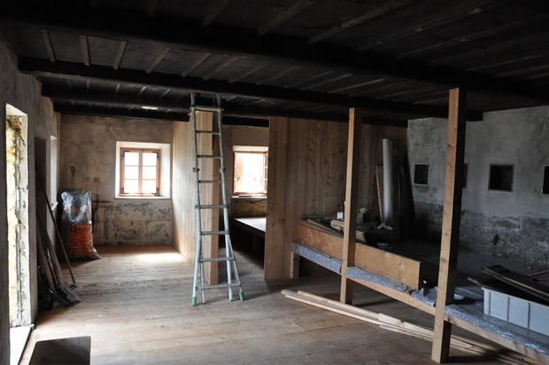 """Im Innenraum gab es einst ein Pritschenlager, das nun wieder hergestellt wird. Rechts im Bild die Mauernischen, die als """"Nachtkästchen"""" dienten."""