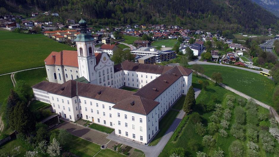Die Umwidmung der Freilandflächen rund ums Stift Fiecht in Sonderfläche Grünanlage wurde diese Woche vom Vomper Gemeinderat beschlossen.
