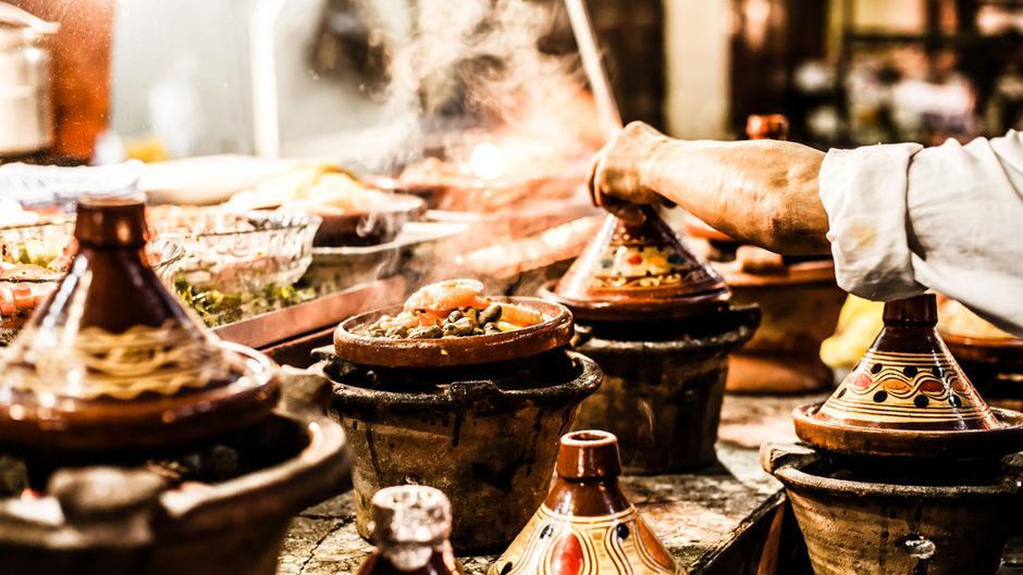 """""""Ein Fest für die Sinne"""" versprechen die Buchautoren mit der Lamm-Tajine aus Marokko (Platz 16). Der mit Fleisch und Gewürzen gefüllte Tontopf vom Restaurant des Hotels """"La Maison Arabe"""" in Marrakesch soll die Wartezeit schnell vergessen machen."""