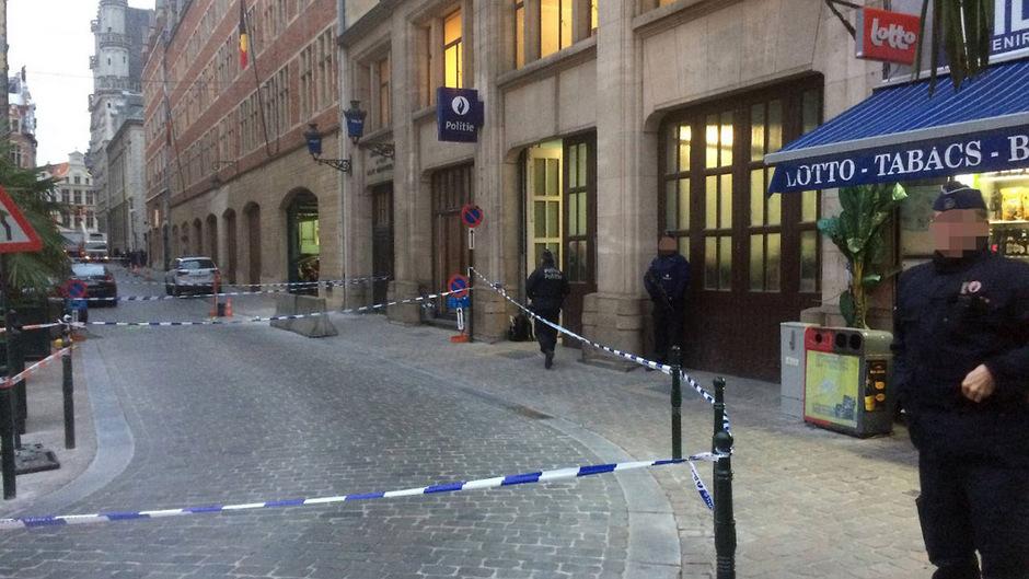 Messeattacke im Stadtzentrum: Blick auf den abgesperrten Tatort vor der Polizeistation am Brüsseler Kohlenmarkt.