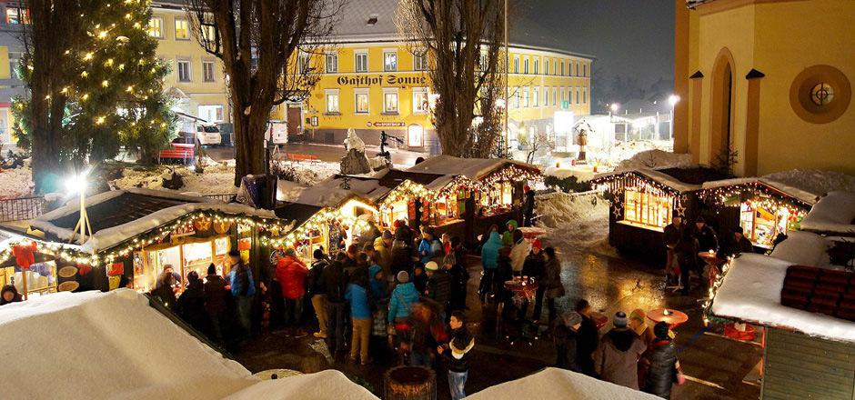 Der Imster Weihnachtsmarkt bei der Johanneskirche ist täglich ab 23. November geöffnet.