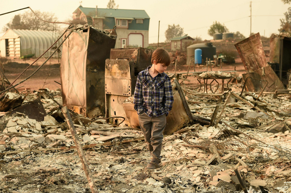 Jacob Saylors vor den Überresten des Hauses seiner Familie. Die Familie hatte vor zehn Jahren bereits ein Haus durch einen Brand verloren - am selben Ort.