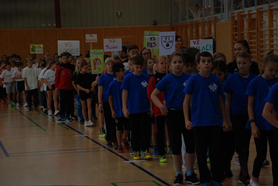 Leichte Nervosität begleitete die Schüler beim Einmarsch in die Sporthalle.