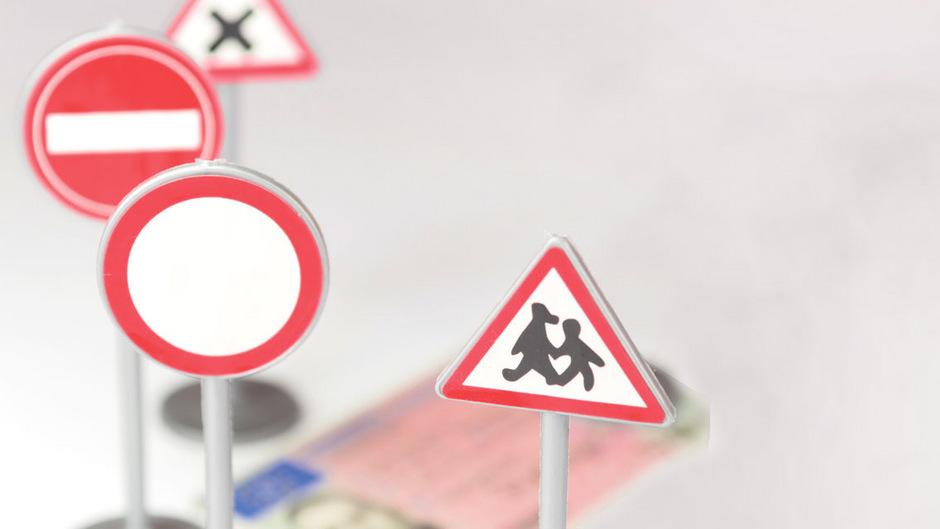 Bei der  Führerscheinprüfung werden aus der 1498 Fragen umfassenden Auswahl rund 80 zufällig ausgewählt.