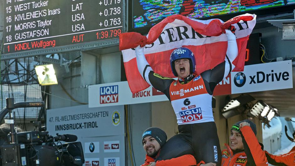 Vor knapp zwei Jahren jubelte Wolfgang Kindl bei der Heim-Weltmeisterschaft in Igls auf den Schultern von Olympiasieger David Gleirscher (l.) und Jonas Müller über Gold.