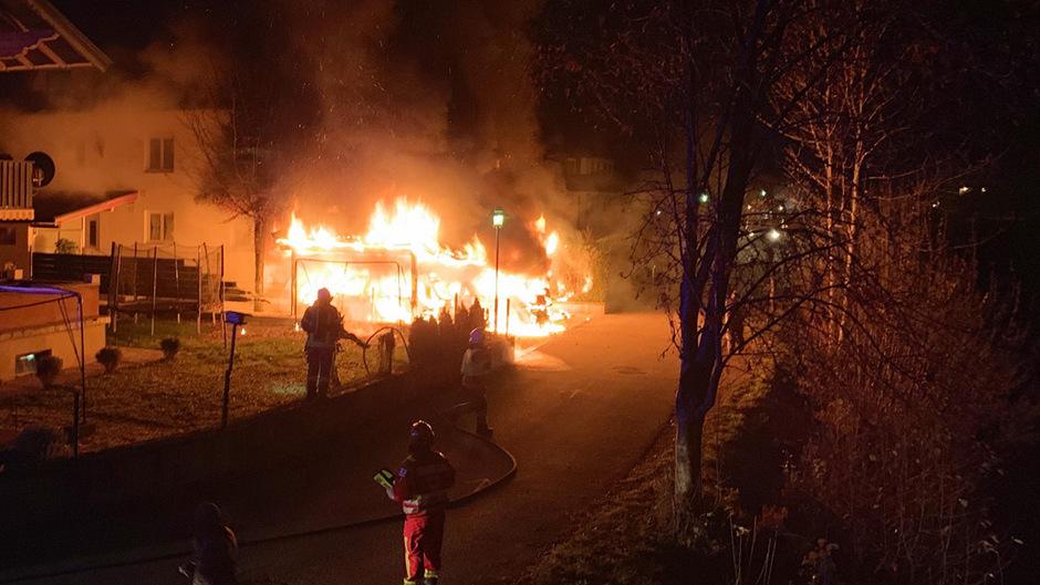 Der Carport mit den drei brennenden Autos grenzt unmittelbar an das Haus, in dem eine Familie wohnt. Die Feuerwehr konnte ein Übergreifen der Flammen gerade noch verhindern.