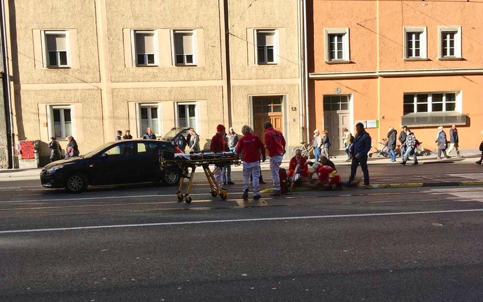 Einsatzkräfte kümmern sich um den Verletzten.