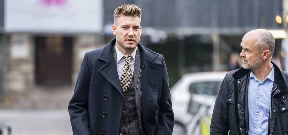 Bendtner mit seinem Anwalt Anders Nemeth vor dem Gericht.