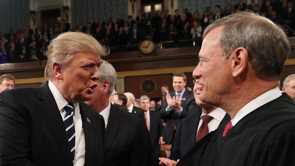 US-Präsident Donald Trump (l.) und der mächtigste US-Richter John Roberts.