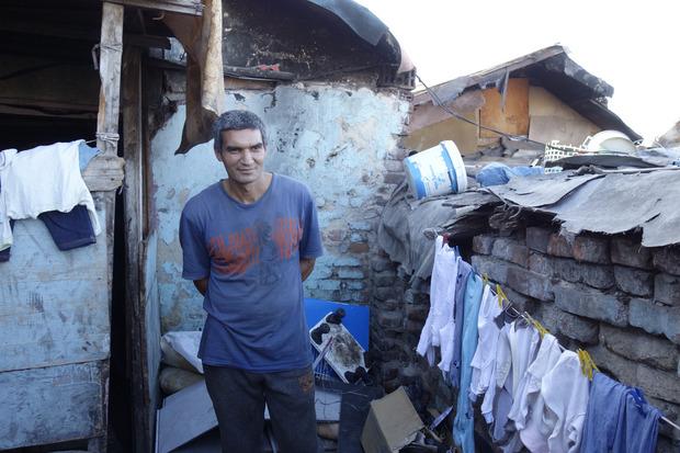 Petr lebt mit Frau und acht Kindern in einer kleinen Baracke auf dem Gelände.