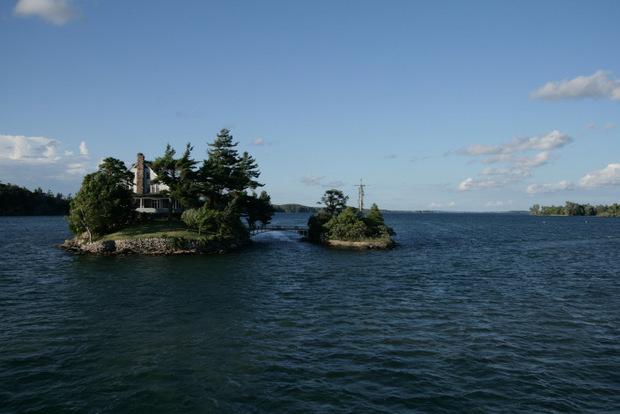 Dieser Übergang von einer US- zu einer kanadischen Insel soll die kleinste internationale Brücke der Welt sein.