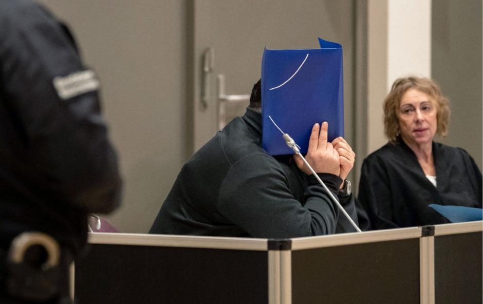 Am ersten Prozesstag vor drei Wochen hatte der Angeklagte die Vorwürfe größtenteils eingeräumt.