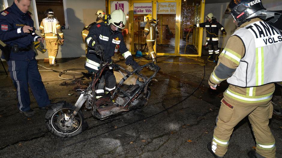 Das Moped wurde von den Flammen völlig zerstört.