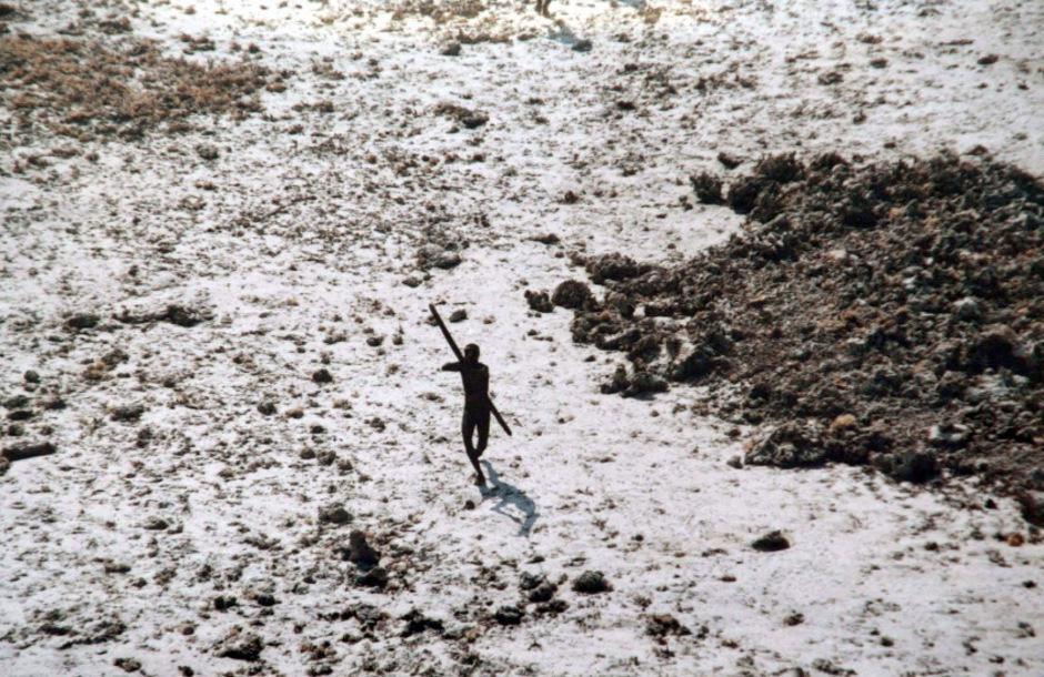 Ein Sentinelese zielt auf einen Helikopter, der sich 2004 der Insel genähert hatte. (Archivaufnahme)
