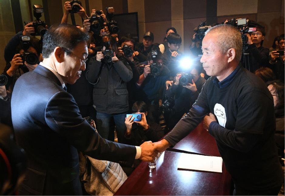 """""""Wir entschuldigen uns aufrichtig bei den erkrankten Arbeitern und ihren Familien"""", erklärte Samsungs Ko-Präsident Kim Ki-nam (l.)."""